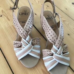 Brand: Caprice Varetype: Sandaler Størrelse: 38.5 Farve: Beige Oprindelig købspris: 699 kr.  Super flotte sandaler. Brugt en gang. Rigtig behagelige at have på.     Som det ses af sidste billede er der gået en meget lille flis af ved hælen. Ses ikke af andre end en selv, men skal nævnes.     Der str str 5,5 under sandalen, på æsken står både str 38,5 og 5,5.     Sandalerne er opbevaret i æsken.     Er fra ikke rygerhjem.