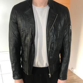 Tiger Jeans læderjakke Model: RIkki Nypris : 4200,- Brugt 2-3 gange. Det er 100 % fåreskind