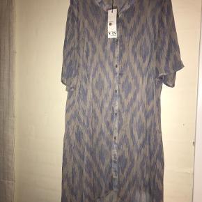 Gennemsigtig kjole - kan evt bruges til at have udenover tøjet, som en alm kjole:) aldrig brugt, sælges da jeg ikke bruger den