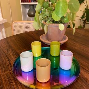 """Fuldstændig nye og ubrugte lysholdere / """" lysestager """" fra HAY, modellen SPOT. Emballage medfølger.  Billederne er af de samme lys som jeg allerede selv har i brug.   Kvitteringen haves, hvis ønsket.   * DER ER KUN 4 - minus den grønne *   Handler helst via mobilepay. Kan afhentes på Nørrebro eller sendes mod betaling af fragt.   Nypris 250kr  #Lysestage #lysholdere #koppertilstearinlys #lys #glas"""