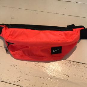Neonorange bæltetaske som aldrig er blevet brugt før. Køberen betaler fragt