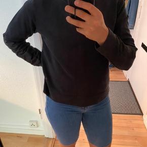 Simpel sort trøje fra Nike. Er lidt stram i den, så den ville passe til en XS/S. Jeg er normalt en S/M og den sidder (meget) lidt tight.   Der er nogle polyester detaljer på ærmerne og bag på ryggen (se billeder).   Den er ikke slidt, selvom den på billedet ser sådan ud - det var lyset 😅