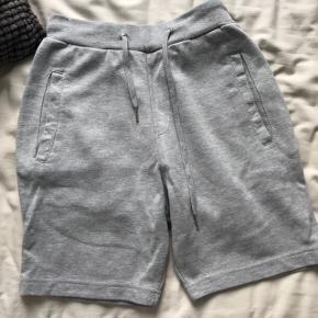Grå jogging shorts  Prisen er fast og inkluderet fragt med dao Fra røgfri eller dyrefri