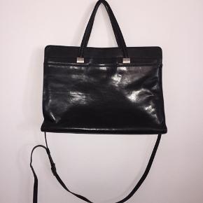 Flotteste sorte lædertaske fra Adax. Stor og rummelig. H: 28cm B: 10cm L:41