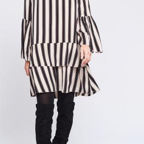 Super fin kjole der kun er brugt 1 gang, så den er som ny.  Kan sendes eller afhentes i Århus C.