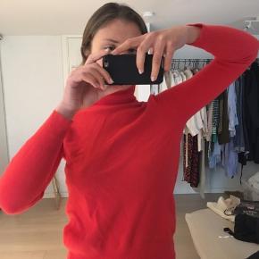 Turtleneck/rullekrave trøje i flot rød/orange farve