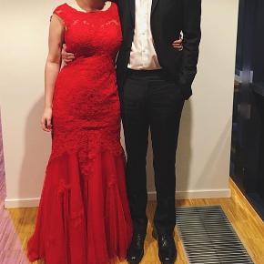 Rød Galla kjole købt hos Tp-Kjoler i Skjern.  Det er en størrelse medium (38).   Perfekt stand, den er kun blevet brugt en enkelt gang i 2017 i november til mit galla. Den bliver opbevaret i den originale kjolepose.  Nyprisen var 2199kr  Leverer gerne, men kun her i Esbjerg.