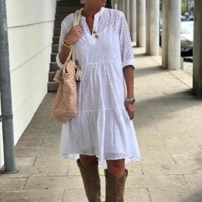 Den eftertragtet og udsolgte kjole fra Love & Divine sælges, det er en str. S som er helt ny og med mærke på endnu.