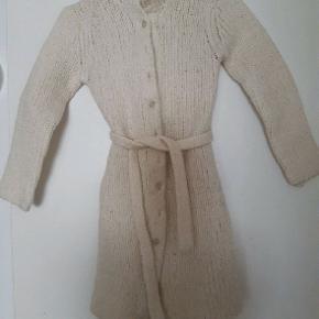 Vasket i uld produkt. Tyk tætsiddende jakke/ trøje. Fra ikkerygerhjem. 50 % uld.