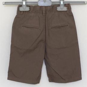 Varetype: Shorts, aldrig brugt Størrelse: 4 år Farve: Vetiver Oprindelig købspris: 400 kr.