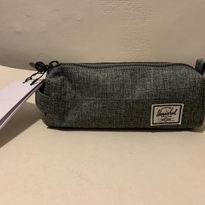Grå Unisex mindre pouch bag til kosmetik mindre accessories eller penalhus. Mål: længde ca 20 cm bredde og dybde ca 7 cm (kan evt muligvis sendes for 20 via postnord)
