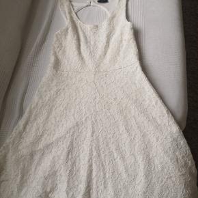 Smuk blonde fløde farvet kjole i xs Med lynlås i siden.  Med ekstra lag inden under.