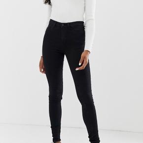 Sorte jeans fra noisy May Det er en xsmall men de er længere i benene