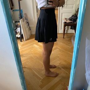 - Sort nederdel lukkes med lynlås og knap  - Passes af en S - Brugt en gang    #secondchancesummer