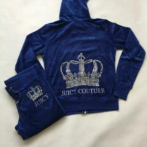 """Juicy couture bukser mørkeblå ❤️❤️ Har ikke mål på dem, men de aldrig brugt kun prøvet se billede 1.  Der står med diamanter """" juicy """" og så en krone😋 Sælger kun bukserne"""