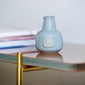 Minivase i lyseblå keramik Model nr 76 fra Eva Stæhr-Nielsen Højde 7,9cm