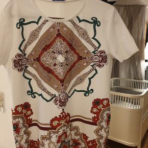 Flot T-shirt fra Zara. Brugt en gang