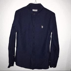 Skjorte fra U.S Polo Assn. Aldrig brugt. Passes af str.M. Køber betaler selv fragt, som ikke er inkluderet i den skrevne prisen eller afhentning i Kgs.Lyngby.