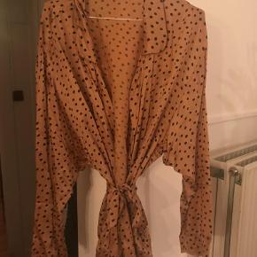 Varetype: Kimono Størrelse: L Farve: Multi Oprindelig købspris: 1650 kr. Kvittering haves.  Fin kimono fra Rabens Saloner, brugt en enkelt gang, super stand. Den er lysebrun med mørkeblå pletter.
