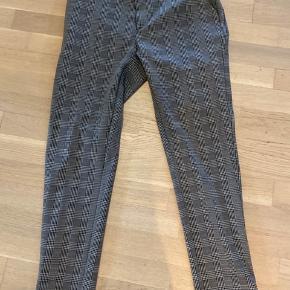Habitsæt fra Neo Noir - Brugt få gange.  Både bukser og blazer er str. M
