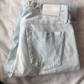 Sælger disse jeans fra Calvin Klein. Størrelsen er 25/32.