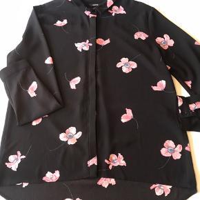 Smuk oversize skjorte. Aldrig brugt. Køber betaler fragt.