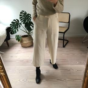 Fine culottebukser fra Vero Moda. Sælges fordi de er for store. Normal i størrelsen, skulle bare have haft nummeret mindre.  Køber betaler eventuel fragt - bytter ikke.  Jeg er 163 cm høj.