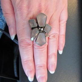 Varetype: Sølvring med agat Størrelse: 54 Farve: oxyderet sølv,grå Oprindelig købspris: 1800 kr.  Super flot ring i oxyderet sølv med grå agater som er facetslebne, fra Rabinovich. Statement ring som man virkelig lægger mærke til Porto er sendt som pakke uden omdeling med DAO Bytter ikke