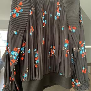 Smuk bluse med flot fald