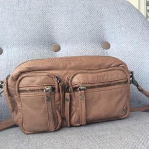 Fed cross over taske med skulderen.  Farven hedder enten mud eller Dusty rose / mørk rosa, men kan egetntlig også gå for at være en slags mellembrun.  I rigtig god stand.