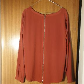 Smuk trøje, med lynlås ned ad ryggen. Str. 40