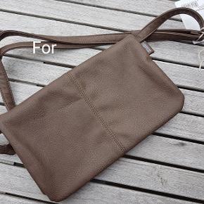Flot brun clutch som sammenfoldet måler 28 * 17,5 cm. Der er en strop, som kan knappes af og på. Der er et spejl på inderklappen og i tasken er der en lynlåslomme