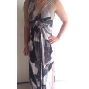 Super flot lang kjole fra Nü  - brugt 1 gang, fejler intet - sidder rigtig flot - draperet ved barm - ingen ærmer - skønt mønster og fine farver - stretch polyester/jersey kvalitet - kan afhentes i Ikast eller sendes med DAO for 38,- - nypris 799,-  Perfekt til bryllup eller galla.