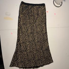 • Celie Skirt AOP   • Silke  • Sort med guld mønster