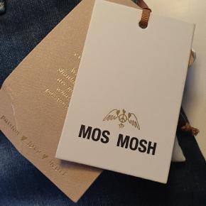 Helt nye Ava jeans fra Mos Mosh.  Aldrig brugt, stadig med mærker på.  Nypris var 799. Sælges da de ikke lige er mig alligevel.