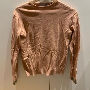 Rosa farvet trøje med glimmer på ærmekanterne Mærke: Christina Rohde Størrelse: 14 år Stand: næsten som ny Røgfrit hjem BYD!!!!