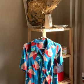 🔮 Retro skjorte 🔮  💜 Str. S 💜Stretchy materiale 💜 En smule forvasket, derfor den lave pris   Placering: Aarhus, Trøjborg (Varen kan afhentes på min adresse, hvis ønsket)   Søgeord: Retro, Vintage, 00'er, 90'er, 80'er, 70'er, 60'er, secondhand, genbrug, lopper, lises retro og vintage garderobe
