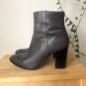 Grå støvler / støvletter fra Dune i læder   Hælen måler ca. 8 cm  Str. 38 - de er til den store side og svarer til en 38,5  Nypris: 1100 kr. Mindstepris: 100 kr.  Ingen bytte.  Kan afhentes på Nørrebro eller sendes på købers regning