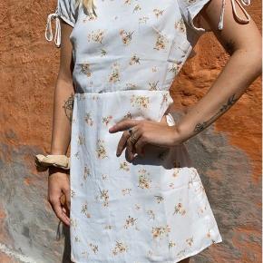 Fineste kjole til festlige begivenheder. Kan også styles med sneaks eller støvler og strømpebukser og/eller strik til efteråret. På billedet ses kjolen i str. m, men den sælges i large, da jeg har to og selv beholder str. m. Materialet er polyester.