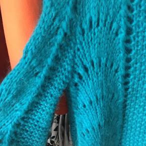Den kendte Ganni strik i flot blå! Brugt en del og en mindre brun plet i bunden, som ses på billedet. Har dog aldrig prøvet at vaske den. Giv et bud!