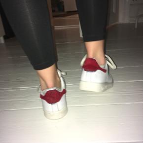 Fine Adidas stan Smith sko i hvide med noget rødt slags pels bag på  Str. 37,5