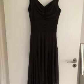 Mørk brun kjole med lynlås i siden. Sidder rigtig fint