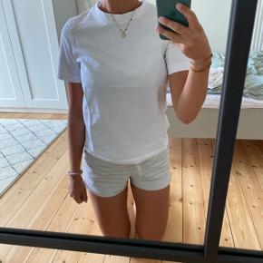 Gina Tricot basic hvid t-shirt i str. XS. Den er gået med 1-2 gange, så standen er næsten som ny.  Ingen slitage.