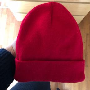 Sød rød hue fra Rude. Byd :)