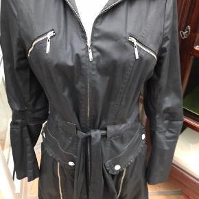 Rå frakke fra Eva og Claudi med masser af rå detaljer. Frakken er brugt men velholdt og uden brugsspor