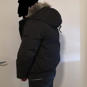 Super fed jakke til den unge mand. Købt til min mands søn, men desværre et nummer for lille. Min mand står model for at vise jakken - for lille til ham - han er en M.