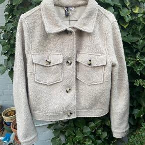 Sælger denne jakke fra H&M, da jeg ikke får den brugt. Har haft den på enkelte gange ☀️