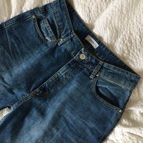 Jeg sælger disse 'Enbrenda' jeans fra Envii. Mellemblå jeans med semi-høj talje. Kun brugt få gange.