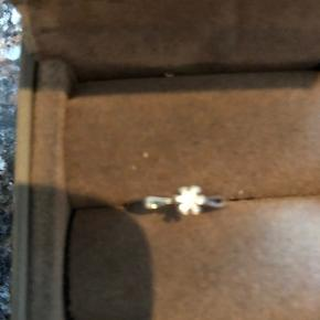 Flot flot diamant ring i god kvalitet. Kaldet mange navne som prinsesse ring, solitairering osv   14 karat hvidguld  Diamanten er 0,25 ct. Wesselton / si