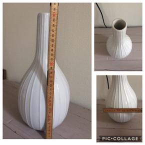 Fin hvid rillet vase, fejler intet, prisen er fast, kan sendes